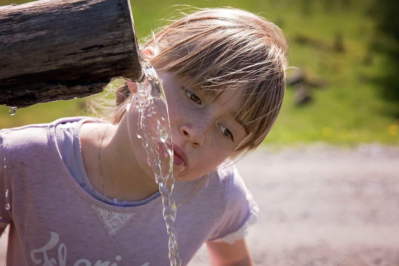 potabilidad del agua - niña fuente