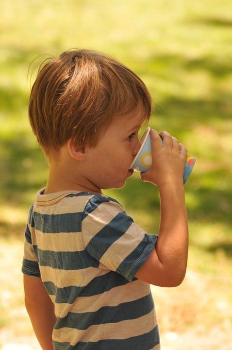 cuánta agua beber un niño