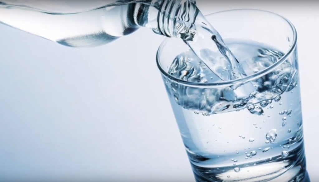 los beneficios del agua alcalina