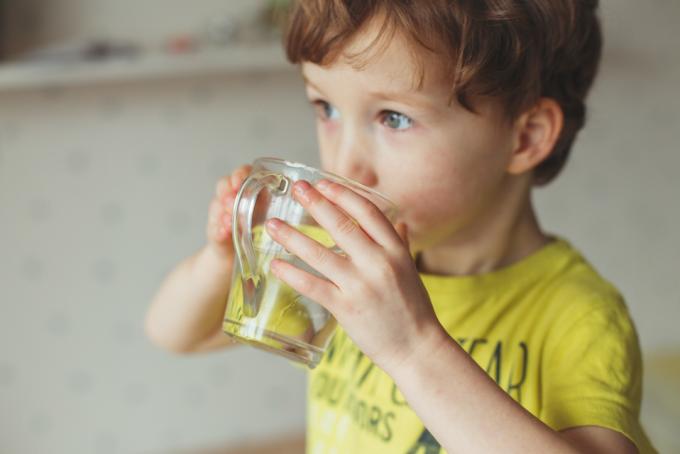 niño bebiendo agua